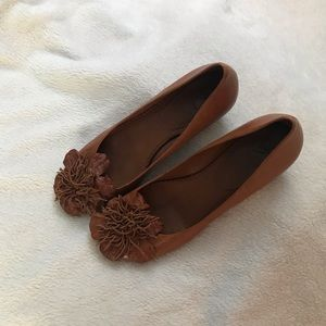 Low heels with leather flowers